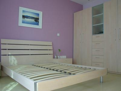 床的样式是比较俗的,不过红苹果的床,选择的范围比较少,对比价格来看,这个性价比还是不错的