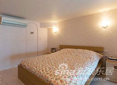 二楼私密空间贴上我喜欢的小碎花壁纸,搭配小碎花寝饰,充满乡村风格的浪漫温馨。主卧旁的弧形门后为浴室,线帘后则规划为更衣室