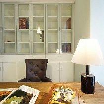 书桌的背后是一个大大的书柜~很不错~