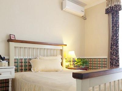 美式风格的床也是浪漫极了,上面的是公主件套床上用品,超级可爱。非常喜欢墙壁的配色。