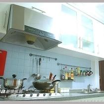 进门就是厨房,那扇暗红色的就是防盗门,打开门对面放了冰箱,地方小,冰箱就没拍,进门右手边是这样的