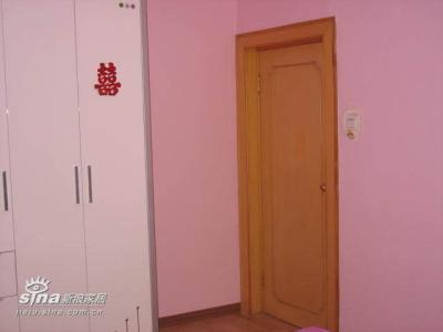 淡粉色的墙面及白色的家具