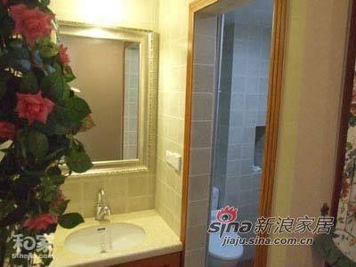 由于卫浴间的空间不大,所以进卫浴间的门口的地方也充分利用起来,做成了一个小小的梳妆台,空间是一点也不浪费,同样,墙上依然挂了一盆绿色植物。