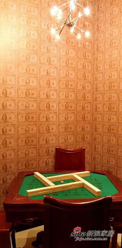 """麻将室,墙面贴的是""""美元""""壁纸,图个吉利"""