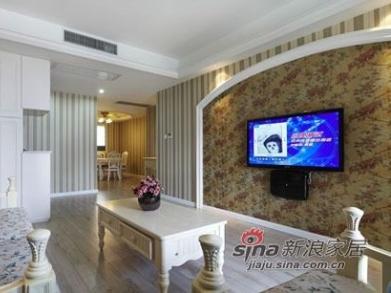 电视背景墙其实做的挺简单的,用的是有复古感觉的花朵壁纸。