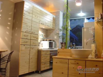拆墙后改成了开放式厨房橱柜是木工作的,门板是用的墙板做面层,内堂和侧面用的灰色拉丝防潮板,只有人造石台面是定做的
