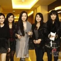 在拍摄电视剧《聊斋》时姐妹团阵容扩充,大家互相拥抱照相,感情相当密切。