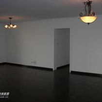 客厅面积55平方,采用相思木胡桃色实木地板