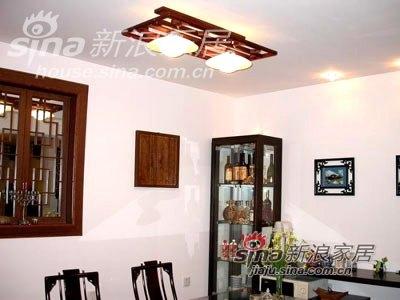 餐厅灯和墙饰,左边是个假窗户