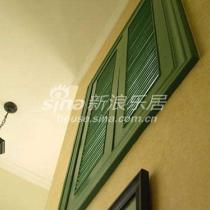 楼梯右侧墙壁绿色窗