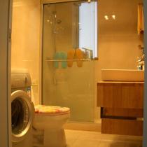 厕所也是装修下来有些小后悔的一间。我们一切都按照图纸上所能放下的最大的尺寸来买的……所以……洗脸台超大……镜子超大……导致本来就不大的厕所看起来更加拥挤……而且还没什么收纳的空间……原想在马桶上方再订