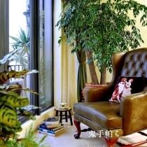 客厅露台正对着别墅区,由于这套房子在20几楼的高层,外景很好,蓝天白云。
