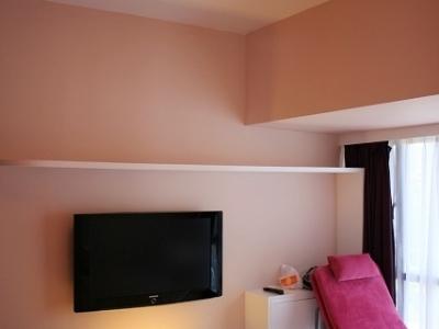 主卧,以奶咖和紫色为主色调,配以三星40寸液晶电视
