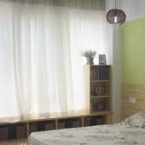 床头一角,可以斜依在窗边发呆