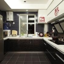深色的墙砖和地砖+黑白风的橱柜