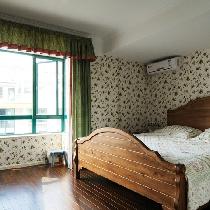 英式田园卧室。碎花搭配实木大床的经典搭配。
