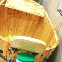 木桶冬天实用的不行,一边泡澡还可以一边看书,家居必备之选