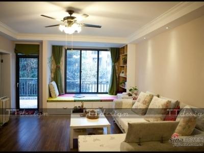 客厅的总体设置是以简单、舒适为主,简约的圈吊顶更勾勒凸显出客厅空间的开阔。