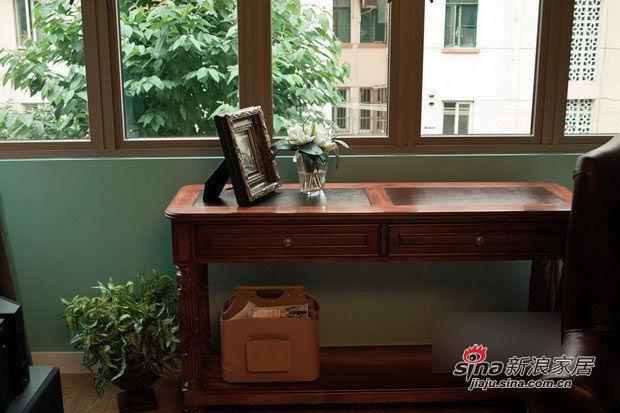 阳台窗边的实木小桌。