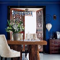 金丝楠木的餐桌与中式雕花木门相呼应;让餐厅多了一份厚重感,而藏蓝色的墙面不但丰富了空间层次,也在视觉上划分了空间区域