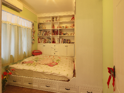 儿童房以浅绿色调为主   榻榻米的床  便易做收纳