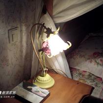 床头灯,小花墙纸