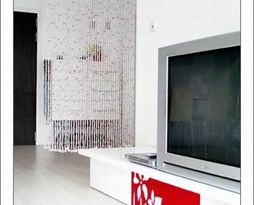 珠帘就是在电视柜这边,穿过珠帘,可以看到些柜
