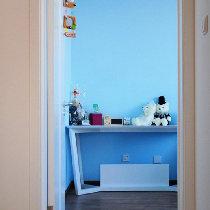 次卧是做的书房,以后有孩子可以改成儿童房,清新的蓝色在这个夏天感觉很凉快。