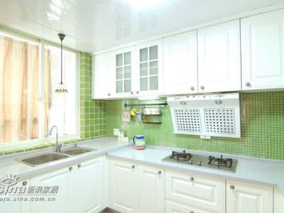 白绿搭配的厨房