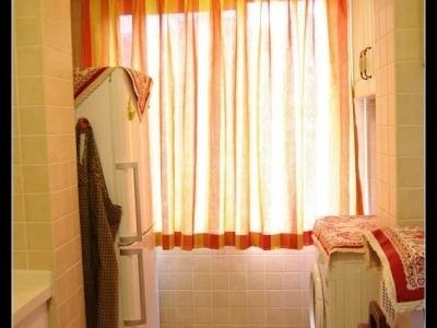 厨房向北的小阳台,放置了冰箱和洗衣机,正好面对面