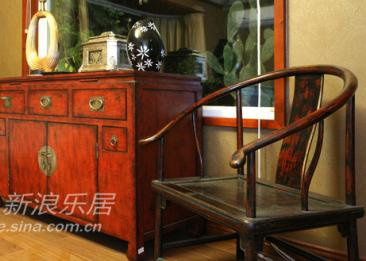 又见明式圈椅,还有同样古典的红木柜