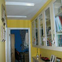 进书房和卧室的过道,书房墙往后挪,做一个书橱,过道就有看头了