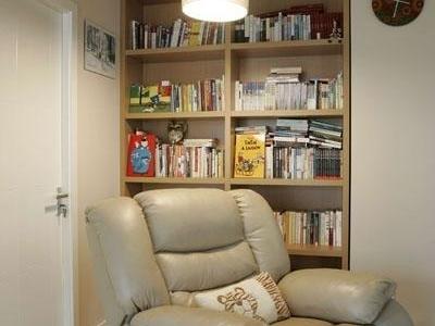 休息室和楼梯之间,坐上面看书 惬意