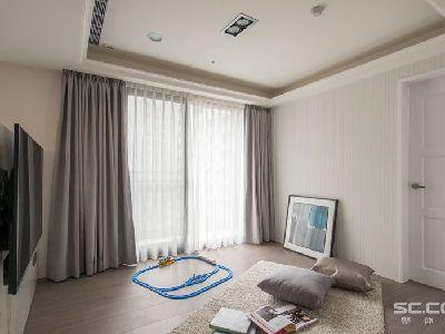 客厅设计: 在客厅的电视矮墙后方,为小朋友设置了安心、安全的玩乐天地,木质地板的铺设更增添温润质感。