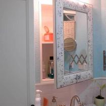 将宜家的这面挂镜改造成了镜面柜门,打开柜门里面是新建的柜体,搁板居中放置提供了隐秘的置物空间