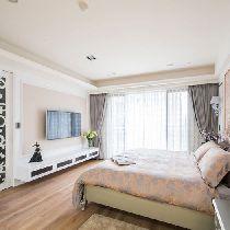 卧室设计: 塑造空间中的华美元素,在进入更衣室与主卧卫浴之间,以黑玻及雕刻饰板构组的拉门,来优雅地界分空间。