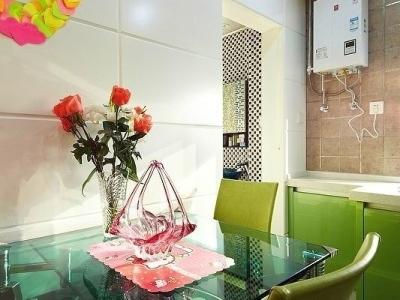 餐桌是玻璃的,虽然简单简约但是很有质感