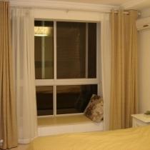 南卧室的飘窗