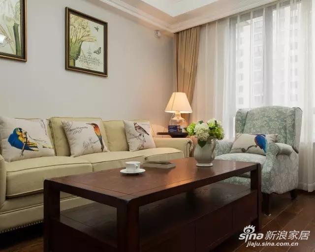 客厅以素色铺垫整体和谐宁静的氛围,以花、鸟、蝶点出自然、悠闲的主题。