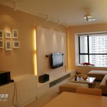 进门了,先是客厅,墙面以奶咖和魅力摩卡为主色调,配以暖色灯光