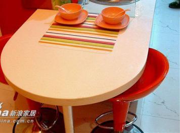餐桌是连着橱柜的,做成了半开放状的厨房