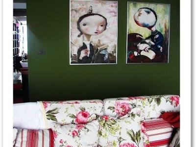 西面是两幅画和一个中式洗手化妆台,(我和我老公的抽象画,我头顶的是我宝宝伊莎贝拉)