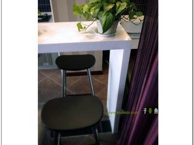 吧台充当了厨房与客厅的软隔断,小资情调凸现无疑......