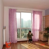 图中的小家伙就是我一岁十个月的儿子,不过个子可不矮,已经94CM高了.窗帘都是在木XI园的买的,纱帘还没有装,想等搬家时再装上,平时白天也一直拉上,就是怕这么强的阳光把地板晒坏