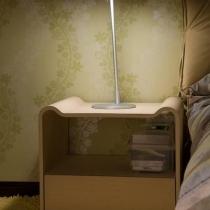 床头柜和台灯来个特写,挺温馨的吧