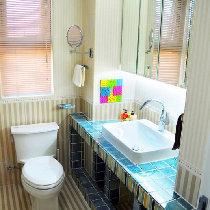 卫生间条纹瓷砖在此上演时尚的清新感