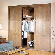 次卧暂时做书房,老婆衣服比较多,所以也定制了索菲亚香堡年轮红橡木衣柜。入墙式的衣柜好省空间哦~