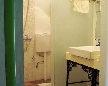 进门右手边的卫生间,干湿分区(这里学的)用推拉玻璃门隔开