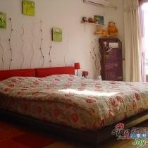 卧室家具主色调是红色和黑色.我比较喜欢这两个颜色的搭配,感性和理性并存.