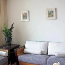 客厅,所有的画都是我老公的摄影作品,装起来后效果还不错